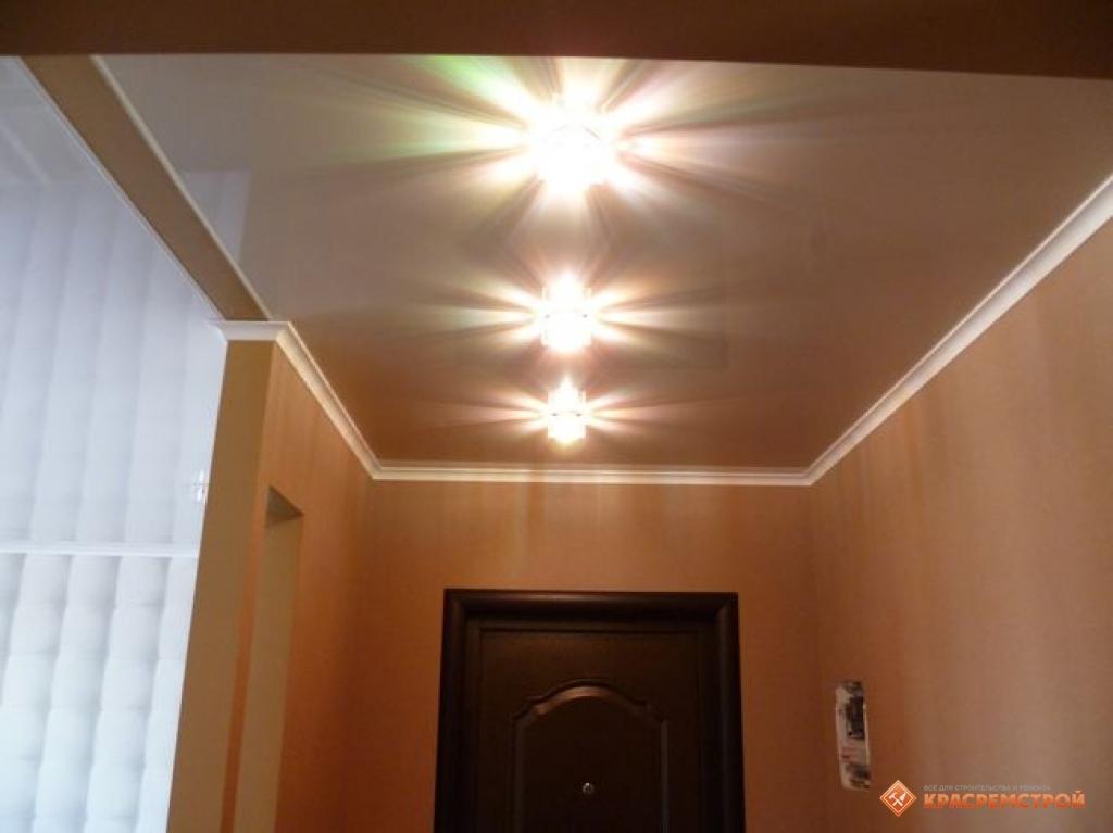 Натяжной потолок в коридор со светильниками