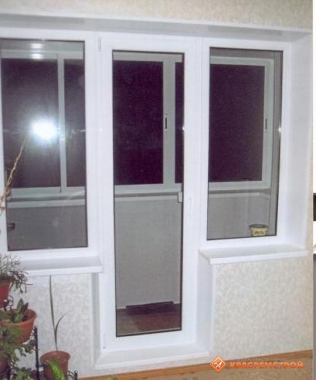 Балконный блок с дверью посередине пластиковые окна.